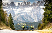 People with bikes on the road in the mountains — Stock Photo