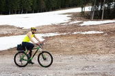 Male cyclist rides — Stock Photo