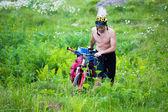 Un uomo cammina con la sua bicicletta — Foto Stock