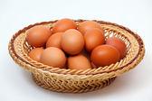 Barevné vejce v proutěný koš — Stock fotografie