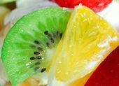 Salada de frutas com um morango, laranja e kiwi — Fotografia Stock