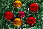 De kroon van Kerstmis van klatergoud en ballen als een structuur — Stockfoto