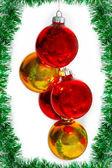 Boules de Noël sur une guirlande verte comme un symbole de la nouvelle année — Photo