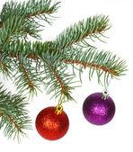 红色和紫色的球,在圣诞树上 — 图库照片