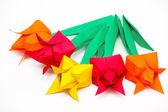 Cinco tulipanes de papel de colores sobre un fondo blanco — Foto de Stock