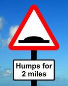 Odległości trójkąt ostrzeżenia nad którym garby drodze rozszerzenia — Zdjęcie stockowe