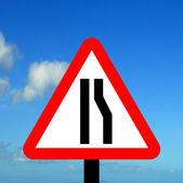 Estrada estreita no sinal de trânsito direito — Fotografia Stock
