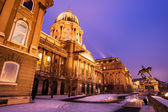 Snowy Buda Castle in Budapest under a purplish blue sky — Stock Photo