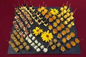 Jednohubky stravování s ovocem a sýrem — Stock fotografie