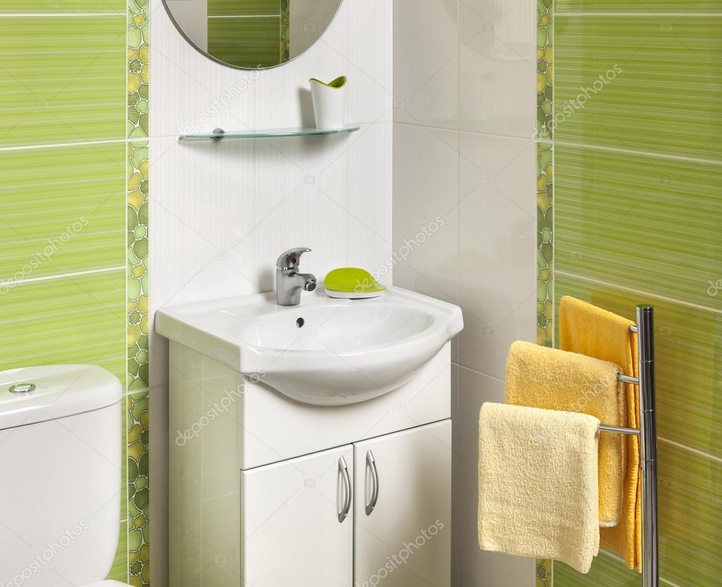 Handfat Toalett : Detalj av ett grönt modernt badrum med handfat ? stockfotografi