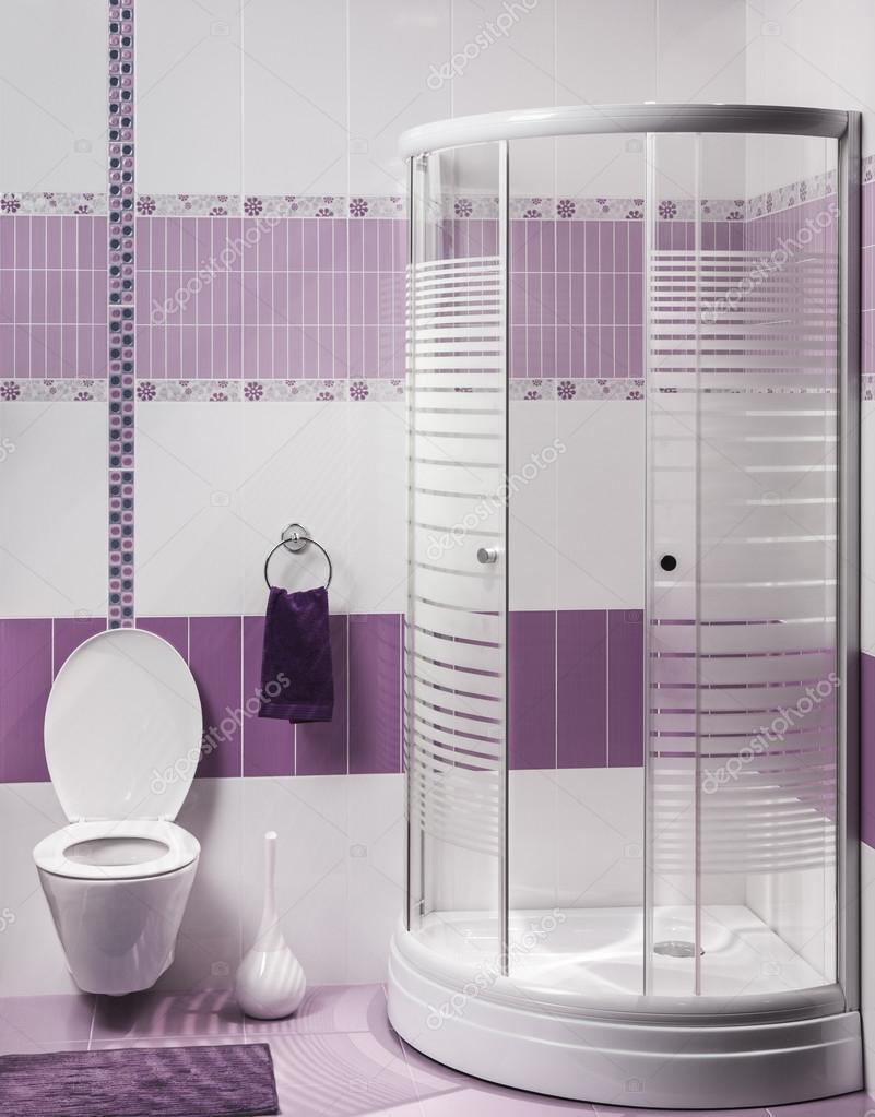 Détail dun intérieur de salle de bains moderne avec douche de luxe ...