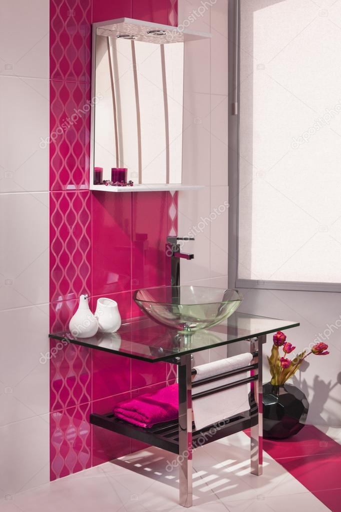 Detalle de un interior moderno cuarto de baño en rosa y ...