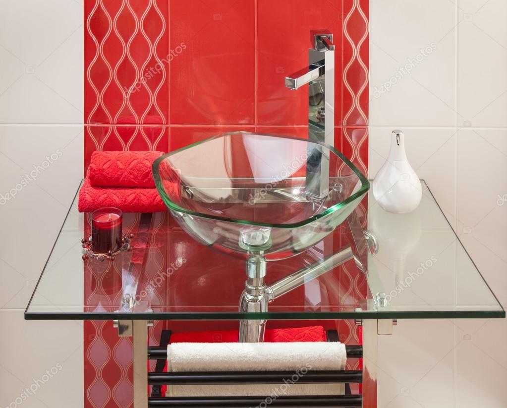 Detalle de un interior moderno cuarto de baño en rosa y blanco con ...