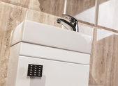 Handfat Toalett : Detalj av modernt badrum med handfat toalett och bid�