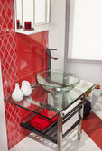 Interieur van moderne badkamer met glazen wastafel — Stockfoto