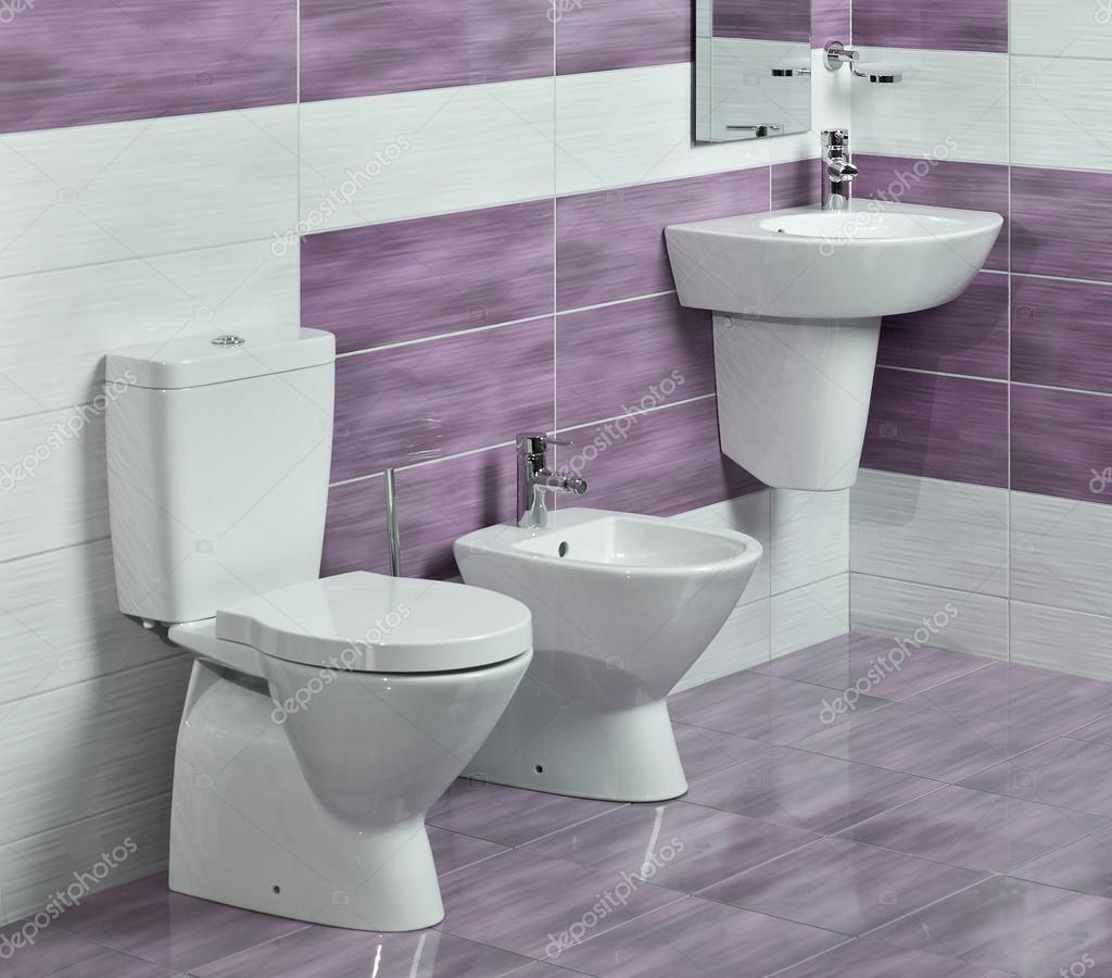 Detalle del moderno cuarto de ba o con lavabo wc y bidet for Bidet para wc