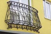 Binanın detay ve Dekoratif metal korkuluk penceresi — Stok fotoğraf