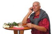 成熟した男は携帯電話で話す — ストック写真