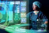 Doktor ekranı ile — Stok fotoğraf