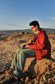 Junger Mann mit Laptop im freien — Stockfoto