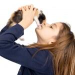chica con bebé gato — Foto de Stock