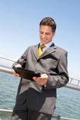 Podnikatel s tabletem — Stock fotografie