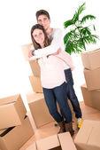Casal feliz com caixas — Fotografia Stock