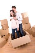 幸福的夫妇用箱子 — 图库照片
