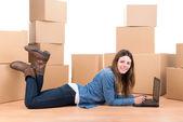 Kutuları ile kız — Stok fotoğraf