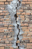 Cracked brick wall — Stockfoto