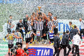 Juventus players celebrate italian soccer league victory — Stock Photo