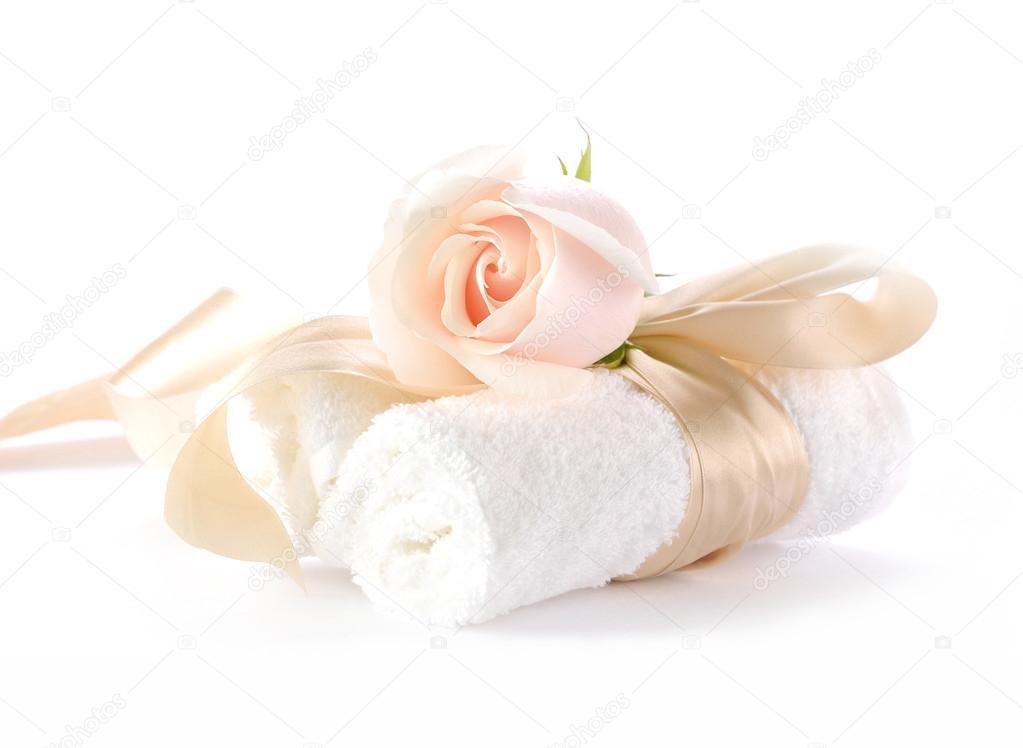 rosa con cintas decorativas sobre enrollado de toallas de bao u foto de stock