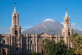 Volcano El Misti overlooks the city Arequipa in southern Peru — Stock Photo