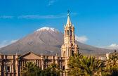 Volcano El Misti overlooks the city Arequipa in southern Peru. — Stock Photo