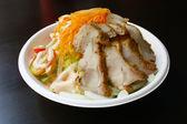 Salat mit huhn-scheiben — Stockfoto