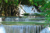 Cachoeira na floresta tropical em huay maekhamin — Foto Stock