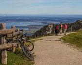 Bisikletçiler dağın tepesinde. — Stok fotoğraf
