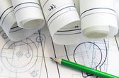 Ingeniero mecánico con lápiz y gráfico — Foto de Stock