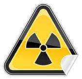 Señal de advertencia de peligro con el símbolo de radiación sobre un fondo blanco — Vector de stock
