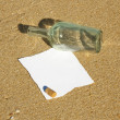 Foto Stock: Note found in a bottle at the beach (Write your won text)