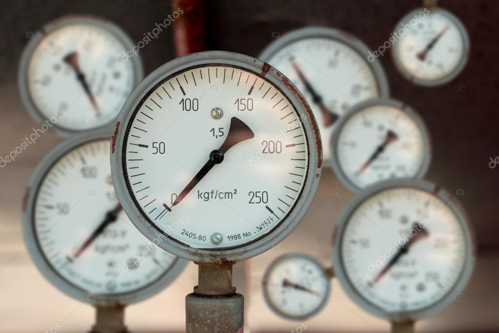 工业仪表测量气体压力和液体组成的安排– 图库图片