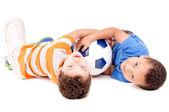 Мальчики с футбольным мячом — Стоковое фото