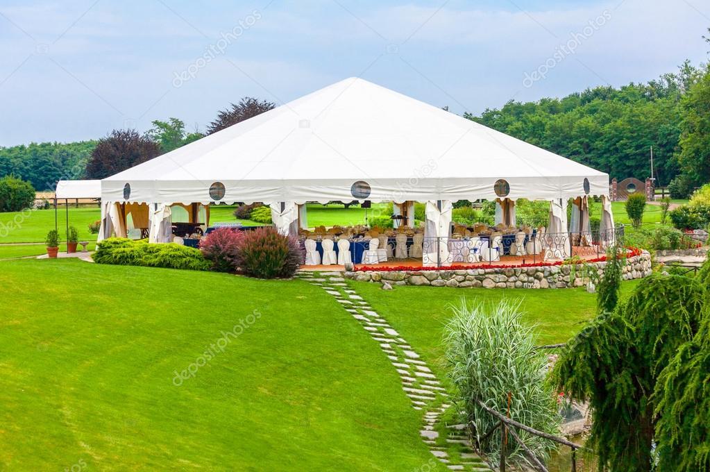 Réception de mariage en plein air dans la tente\u2014 Image de elitravo