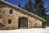 Hus under snö — Stockfoto