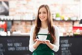Kellnerin serviert kaffee — Stockfoto