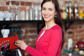 Kadın barista kahve yapma — Stok fotoğraf