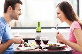 пара, насладиться блюдами в ресторане — Стоковое фото
