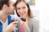 Mladý pár, pití vína — Stock fotografie