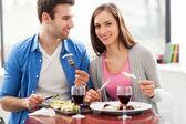 Casal tendo refeição no restaurante — Foto Stock