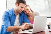Jovem casal usando laptop — Foto Stock
